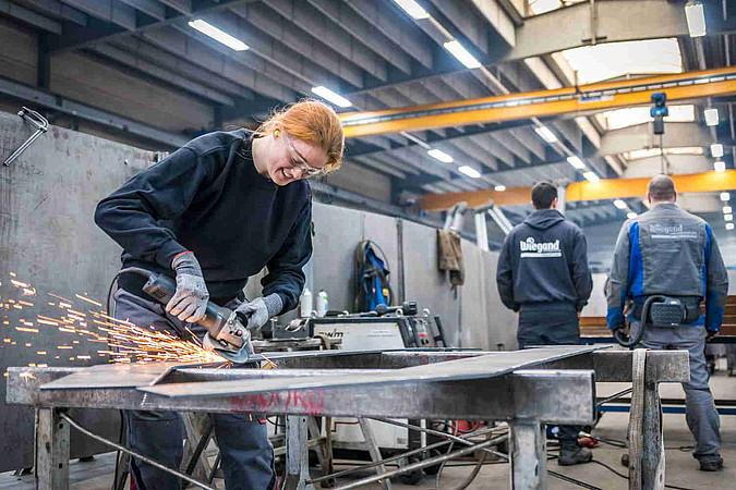 Beim Hessen-Technikum verbringen die Teilnehmerinnen vier Tage pro Woche bei einem Partner-Unternehmen.